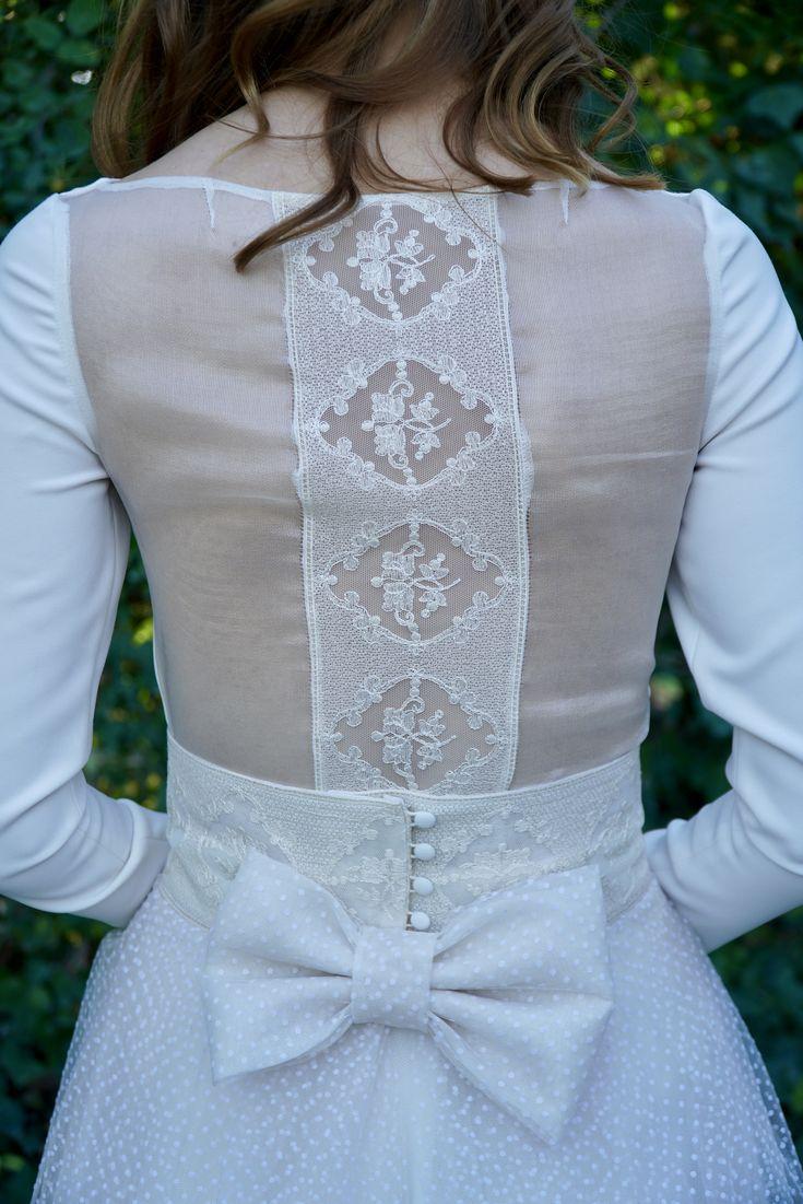 Espalda de organza transparente de seda natural con detalle de tul bordado con gran lazado en la cinturilla #victoriaeliasatelier #novias #novias2018 #vestidodenovia #atelier #nuevacoleccion