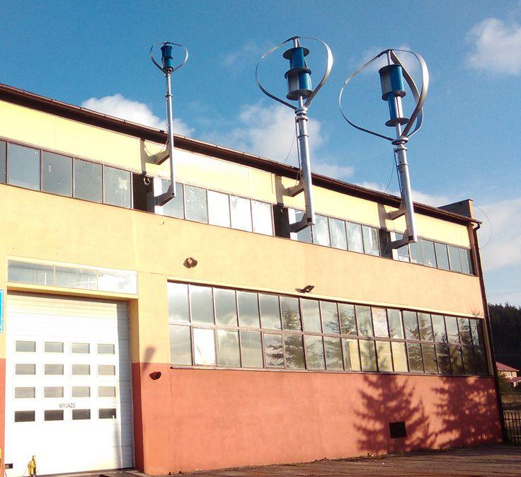 Eolico verticale con installazione palo in appoggio a parete di capannone indistriale