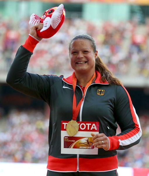 La atleta alemana Christina Schwanitz ha confirmado el pronóstico y ha logrado la medalla de oro en la final de lanzamiento de peso de los Campeonatos del Mundo de atletismo, que se disputan  en Pekín, con una mejor marca de 20,37 metros.