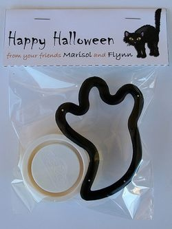I love this simple Halloween idea for the classroom or a small gift for kids to give to friends without the sugar overload.