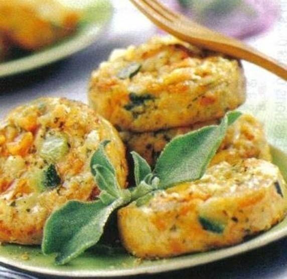 Miam, parfaites pour un dîner improvisé accompagnées d'une salade, on se prépare des galettes de courgettes et de carottes râpées :) => http://ow.ly/J6km3032rNe