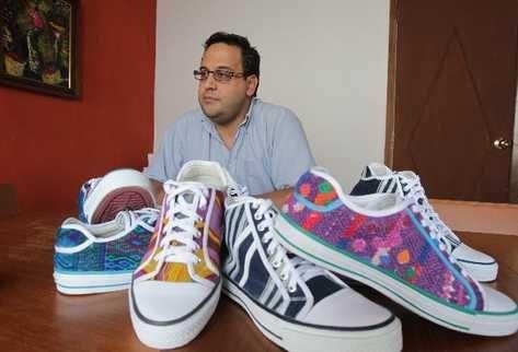 Guatemala: Lanzan calzado con telas tipicas