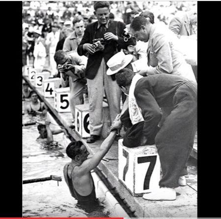 Csik+Ferenc+úszó+1936-ban,+a+berlini+nyári+olimpiai+játékokon+100+méteres+gyorsúszásban+olimpiai+bajnoki+címet+szerzett.+A+háború+alatt+katonaorvosként+dolgozott+Sopronban,+amikor+a+várost+ért+egyik+utolsó+bombatámadás+során,+1945.+március+29-én+kora+délután,+32+éves+korában+életét+veszítette.…