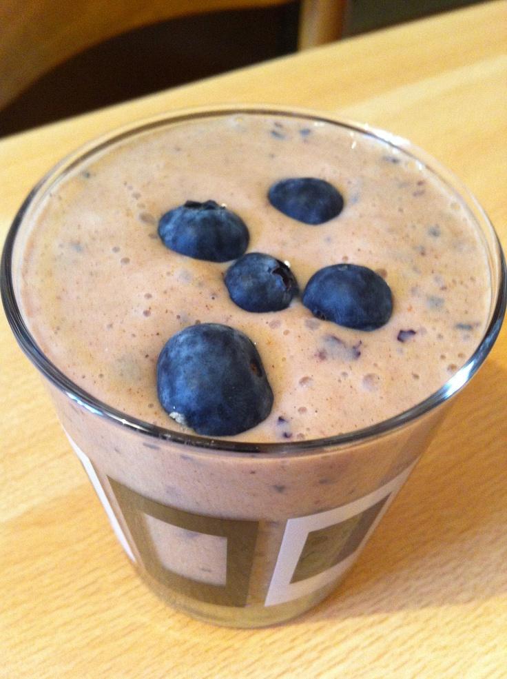 Frullato: yogurt di soia, 1 banana 1 manciata di mirtilli e cannella!