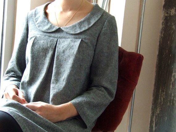 Légère robe a-ligne avec col Claudine, manches longueur du bracelet et pli inversé au joug. Longueur tombe à 2 au-dessus du genou. Non doublée. Un ajustement est adapté à l'épaule, buste et manches et lâche dans la taille et les hanches.  Poids moyen linge de haute qualité. Tissu a un joli look hachurée de la texture. Rideaux bien et doux au toucher. Couleur: charbon de bois.  Lavage en machine à froid avec des couleurs similaires. Sécher par culbutage à basse température. Fer à repasser…