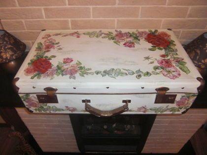 Чемодан `Английская роза`. Этот чемодан можно так же отнести к коллекции 'Английская роза'. В паре с комодом 'Английская роза', он был создан для хранения дамских штучек в гардеробной.