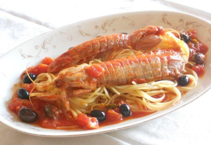 Se volete portare in tavola un primo piatto a base di crostacei, squisito e dalla fragranza inimitabile, questa è la ricetta per voi: spaghetti con canocchie, basilico, olive piccanti e cipolle croccanti.