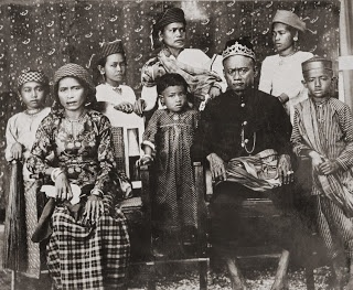 King Talasa and his family (Tolage, Toradja), Celebes c1900    Photographer: Hendrik Veen (?), Dutch Indies