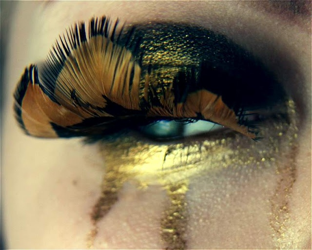 interesting look, tears of gold feather lashes.: Gold Tears, Gold Cry, Gold Feathers, Beautiful, Hair Makeup, Artsy Makeup, Golden Tears, Gold Eye Makeup, Eye Art