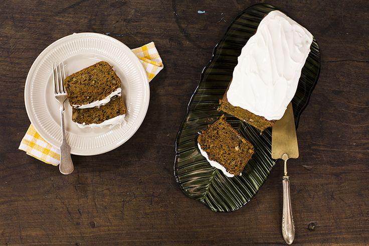 Você não vai acreditar na maravilhosidade desta receita: além da cenoura (ralada!), o bolo leva especiarias e nozes. Mas não para por aí: ainda tem uma cobertura de cream cheese tão boa, tão boa, que não pode faltar.