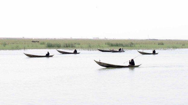 Neues Leben Im Garten Eden Des Irak Marsh Arabs Arabs Des Edenquot Irak Leben Marsh Neues Quotgarten Iraq Wetland Traditional Boats