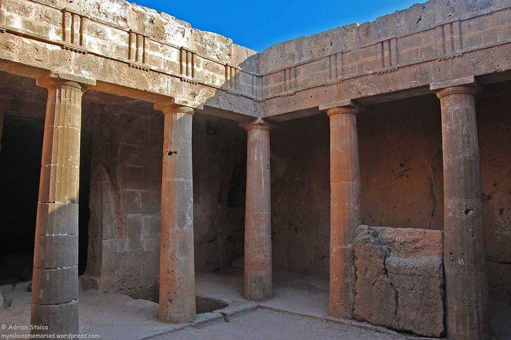"""Dincolo de soare, plaje si palmieri se afla cultura si traditia. Savoarea proprie, """"culoarea"""" aparte a zonei, e data de trecutul care si-a pus amprenta peste locuri si oameni. Iar Cipru nu face nicicum exceptie de la regula. Cu o zi inainte, parasisem Paphos cu dorinta de a reveni si de a explora indeaproape ramasitele vremurilor trecute. Am ales, fara ezitare, vizita la Mormintele Regilor. Numele necropolei te duce cu gandul la Egipt, Luxor si piramide.Sumedenie de intrebari te napadesc…"""