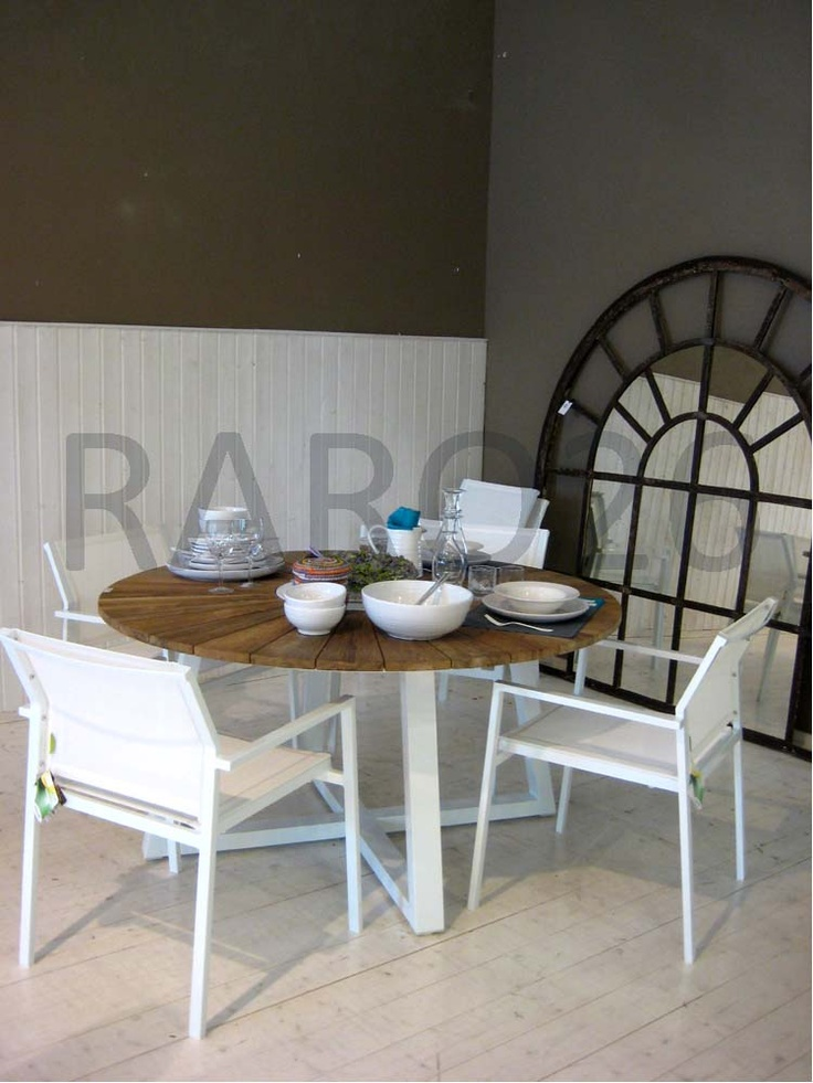 #Tavolo tondo in #alluminio e piano in #teak riciclato, sedie impilabili con bracciolo in alluminio e #batiline color bianco