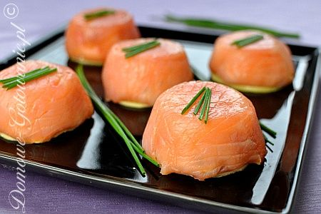 Salmon Muffins  sliced ​​smoked salmon  400g cream cheese   3 eggs hard boiled  2 cloves of garlic  chives  sliced ​​cheese  salt and pepper