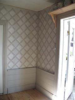 grå bröstpanel, grå dörrfoder, vitt dörr, vitt tak.