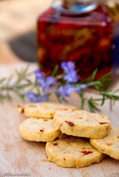 Biscotti salati con pomodori secchi e rosmarino.