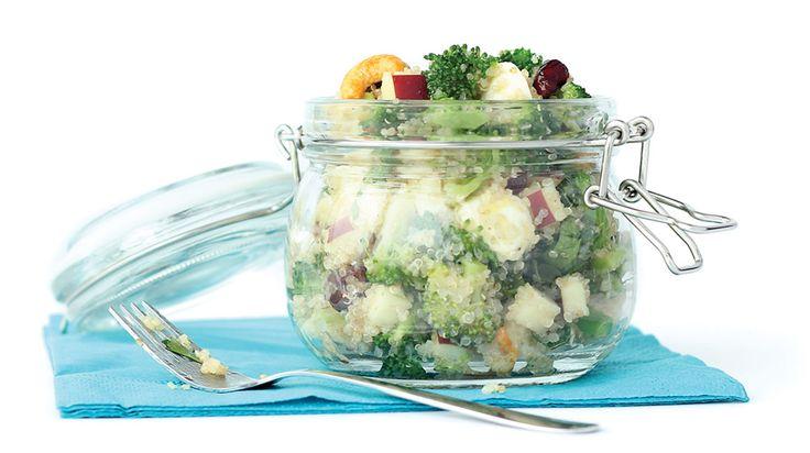 Salade de quinoa et de brocolis avec mélange de noix et de fruits séchés