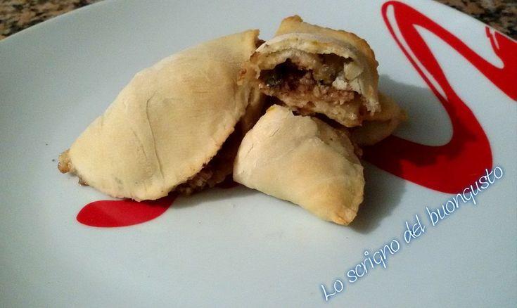 RAVIOLI DI PIZZA PESTO DI NOCI E GORGONZOLA                                    CLICCA QUI PER LA RICETTA  http://loscrignodelbuongusto.altervista.org/ravioli-di-pizza-pesto-di-noci-e-gorgonzola/ #pesto #noci #gorgonzola #pizza #ricette #lievitati #terralcantara #cucinoio #solocosebuone #food #likeit #foodblogger