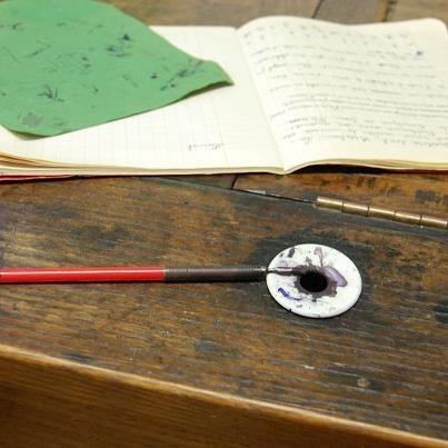 L'encrier du pupitre... et sa plume Sergent-Major http://suite101.fr/article/nous-les-enfants-de-1960-de-franoise-cordaro-a19041