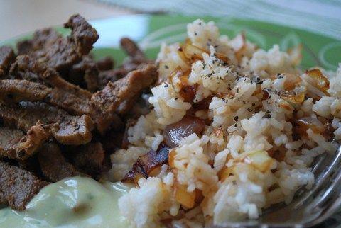 Lövbiffsstrimlor med stekt lök i ris