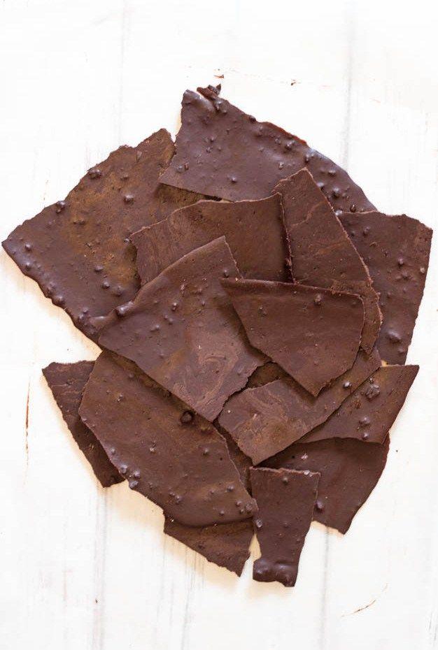 Il cioccolato crudo è facilissimo da fare ed ha solo tre ingredienti: cacao crudo, burro di cacao e zucchero di cocco. Dopo averlo provato non comprerai più tavolette di cioccolato!