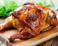 Poulet aux pruneaux laqué au miel en cocotte : http://www.cuisineaz.com/recettes/poulet-aux-pruneaux-laque-au-miel-en-cocotte-69749.aspx