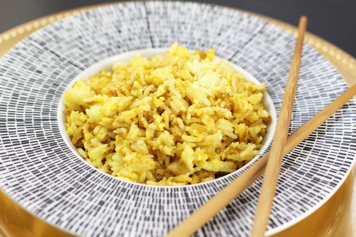 Orez prajit cu ou, condimentat cu turmeric, piper si sos de soia.