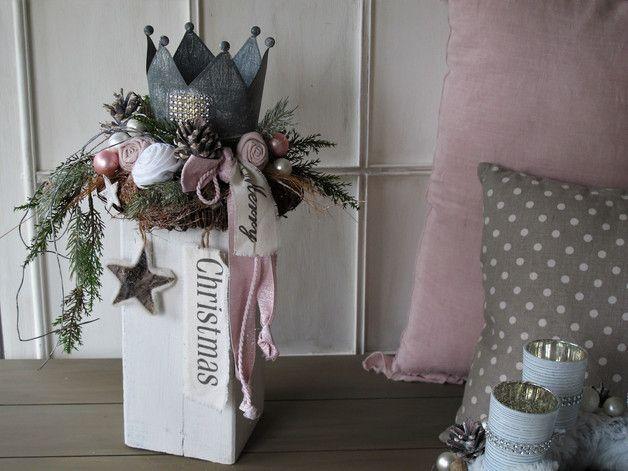 Edle Weihnachtsdekoration Auf dem rustikalen geweißten Holzbalken wurde ein brauner Rebenkranz, eine silberfarbene Krone, künstliche Tannen- und Koniferenzweige (z.T. geeist)...