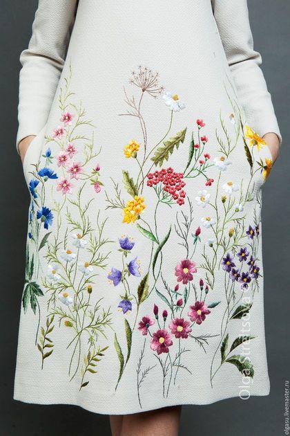 Купить или заказать Вышитое платье 'Цветочная поляна' вышивка гладью в интернет-магазине на Ярмарке Мастеров. Вышитое платье 'Цветочная поляна' с рукавом реглан и карманами в боковых швах. Плате с вышивкой - очень простое по крою, но элегантное платье, которое подойдёт под любой тип фигуры. Вышивка на платье - ручная гладь в цветочных мотивах. Вышивка расположена только по передней части платья. Вышитое платье с вышивкой без застежки, но красивый вырез и трикотажная ткань позв...
