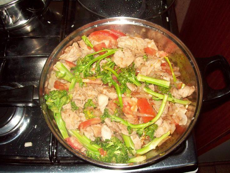 500 g de frango  - 300 g de brócolis  - 3 tomates grandes  - 4 dentes de alho  - 3 cebolas grandes  - 20 ml de molho inglês  - Sal a gosto  - Pimenta-do-reino a gosto  - Azeite a gosto.  -