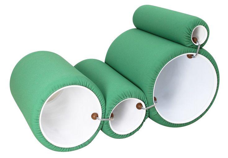 """<p>Chaise longue """"Tubo"""" de Joe COLOMBO datant de 1969. Editeur : Flexform Prima. Composée de 4 cylindres modulables en PVC laqué rembourré de mousse, recouverts de tissu vinyle vert. Assemblage par pinces en acier et caoutchouc. Dimensions des tubes : 49 cm, 40 cm, 30 cm et 17 cm. Sac fourni. Plus édité aujourd'hui.</p>"""