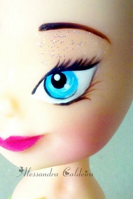 Paint a Fairy eye   For a Tinker Bell cake!