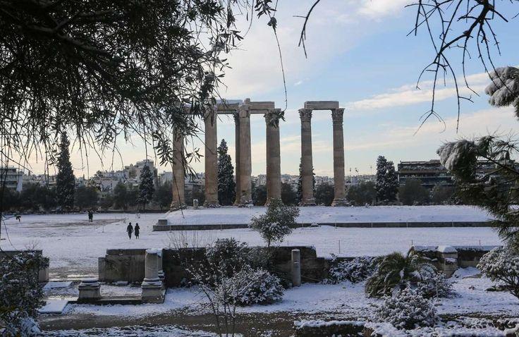 Πρωί Τρίτης. Ο αττικός ουρανός ανοίγει και φωτίζει διαφορετικά τον Ναό του Ολυμπίου Διός που είναι καλυμμένος με ένα υπέροχο πέπλο χιονιού 2017-1-10