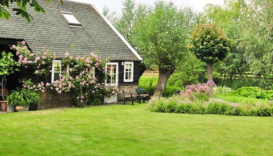 Intieme paadjes, gezellige hoekjes, bloemen, kruiden, een hoogstam boomgaard en een fris gazon. Deze tuin omarmt de bezoeker gelijk bij het openen van het tuinhek. U wordt meegenomen op een ontdekkingstocht langs bloemen en planten waartussen de schilderachtige woning en bijgebouwen - als vaste bewoners - staan.