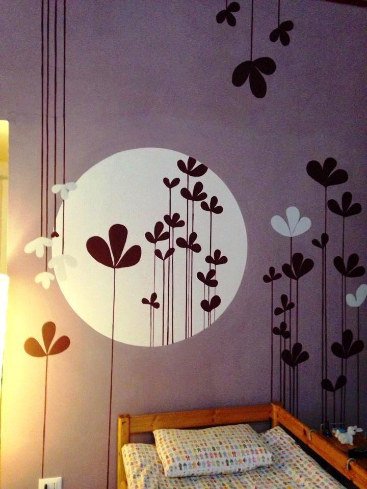 Mural juvenil. La cliente como único requisito exigió una representación de una luna y el color lila, favorito de su hija.