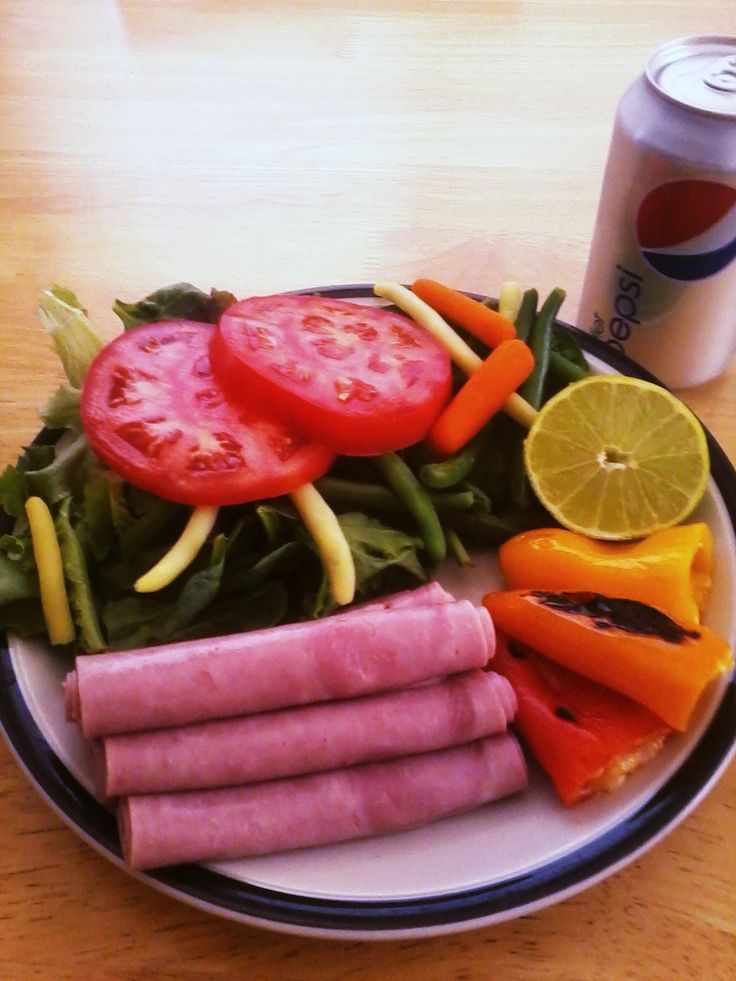 Lunch idea based on the Scarsdale Diet: Turkey Ham 95% Fat Free, Baby Spring Mix w/ 2 tomato Slices, baby carrots and three grilled mini peppers. Just delicious!