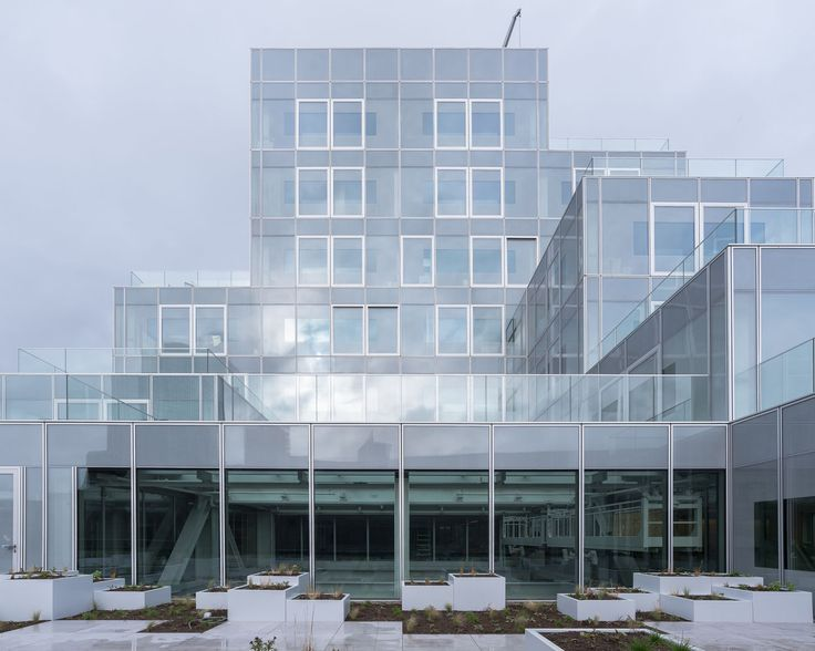 For Rotterdam's Timmerhuis, a new building for the city hall that accommodates municipal services, offices, and residential units, OMA conceived a modular building with repeated units gradually set back from the street as they rise into two irregular p...
