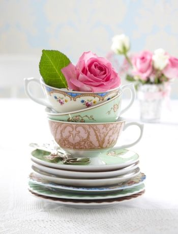 Very cute table decoration - vintage crockery and roses.