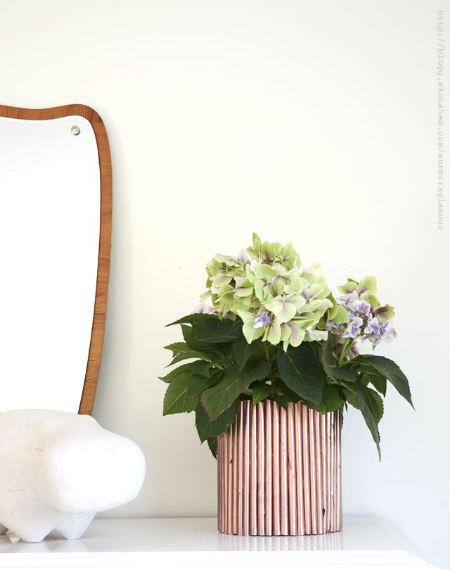 Make this beautiful vase out of just garbage. You only need some glue, magazines and a can.