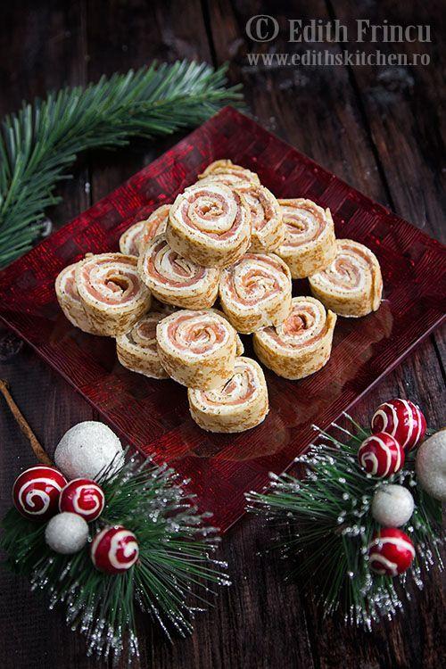 Rulouri de clatite cu somon afumat - clatite umplute cu crema de branza si fasii de somon afumat, rulate si taiate bucati.