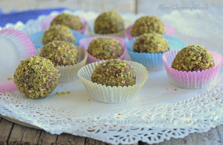Cercate un dolce delizioso che si prepari velocemente? Ecco per voi i Bon bon tartufini cocco e pistacchio senza cottura. Venite a vedere come di preparano.
