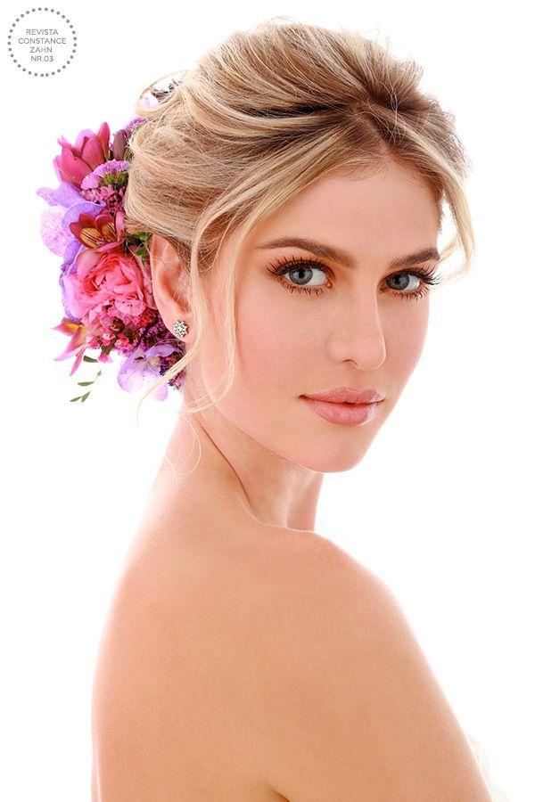 Penteado de noiva - coque com flores naturais em tons de rosa e lilás { Foto:  Felipe Lessa | Beleza: Jr Mendes }