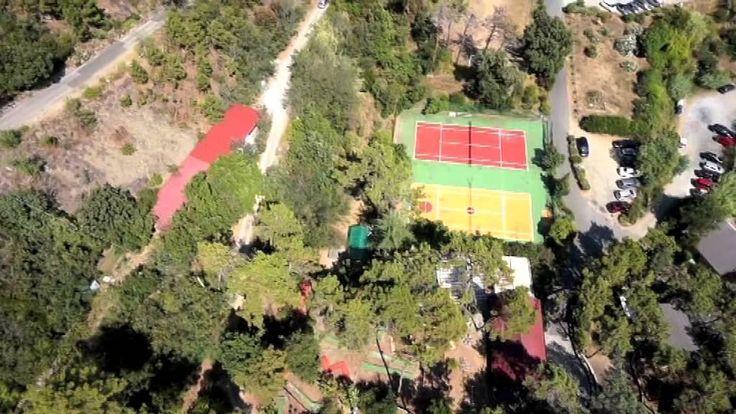 Il Resort La Francesca visto dal cielo: il campo giochi e il tennis