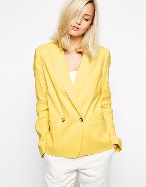 Světlé typy. Žlutý pastel a bílé kalhoty. Studené léto může přidat stříbrný šperk, světlé jaro naopak zlato.