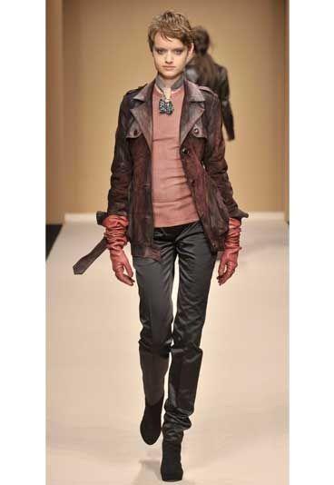 2003: la moda si lascia affascinare dalla cultura e dalla tradizione del Medio Oriente. Sete, damaschi, ma anche pellicce e disegni orientaleggianti: tutto diventa fonte di ispirazione.