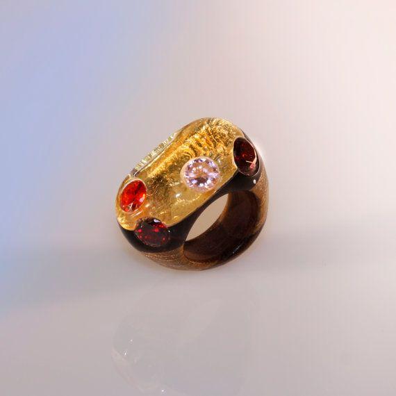 Anello scolpito, lavorato a mano, gioiello in legno wenge, opera d'arte, vetro organico, foglia oro, strass e swarovski, diametro 18 mm