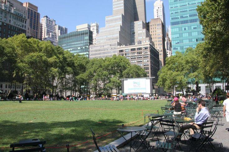 Bryant Park, sicuramente uno dei parchi più rilassanti di tutta NY. E' possibile pranzare o semplicemente riposarsi seduti ai tipici tavolini rotondi che che circondano il parco, riparati all' ombra degli alberi. -