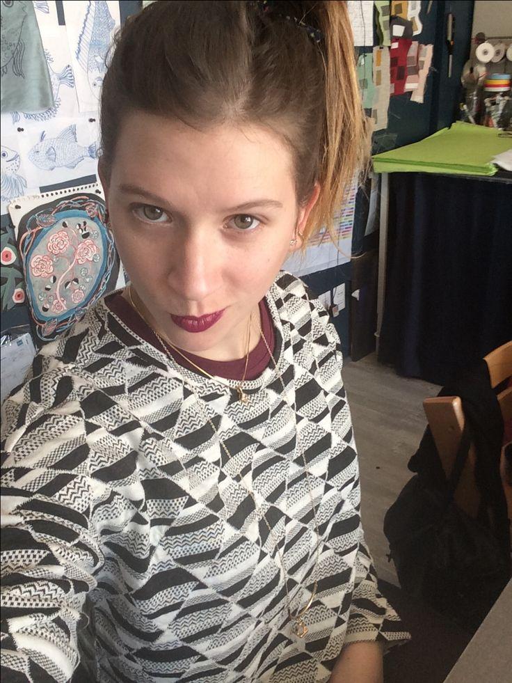 Outfit para trabajar, polera burdeo con poleron h&m negro con blanco, collares en capas y labios morados