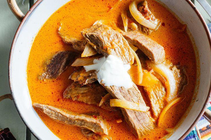Fajitas de res en salsa de chile guajillo. Receta mexicana fácil con fotografías de la preparación así como recomendaciones de cómo servirla. Recetas de comida mexicana casera. Recetas mexicanas fáciles. Salsa de chile guajillo