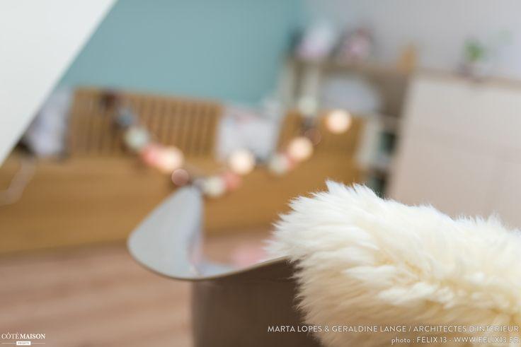 Auparavant buanderie, cette pièce est devenue la chambre de la petite dernière, née il y a quelques mois.  Cette chambre a été conçue avec du mobilier sur mesure afin d'optimiser toute sa surface. Le podium est composé d'un grand tiroir de rangement dans lequel on peut installer un matelas de 190X90 cm d'un côté et ranger les jouets de Corentine de l'autre. Sous le rampant, le meuble blanc prend toute sa place. Il offre une table de chevet côté lit, une petite penderie, et des tiroirs de…